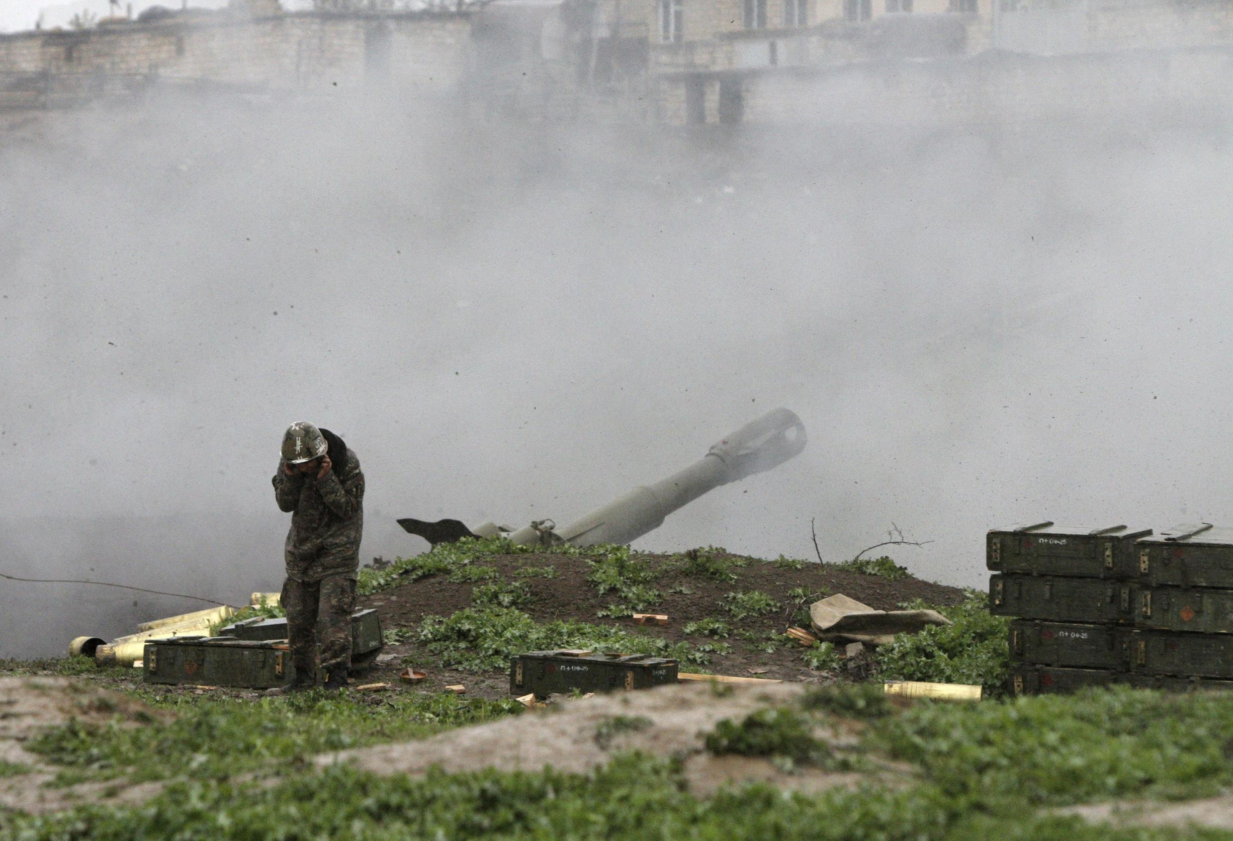 An Armenian serviceman of the self-defense army of Nagorno-Karabakh launch artillery toward Azeri forces in the town of Martakert in Nagorno-Karabakh region, which is controlled by separatist Armenians, April 3, 2016. REUTERS/Vahram Baghdasaryan/Photolure EDITORIAL USE ONLY. NO RESALES. NO ARCHIVE TPX IMAGES OF THE DAY