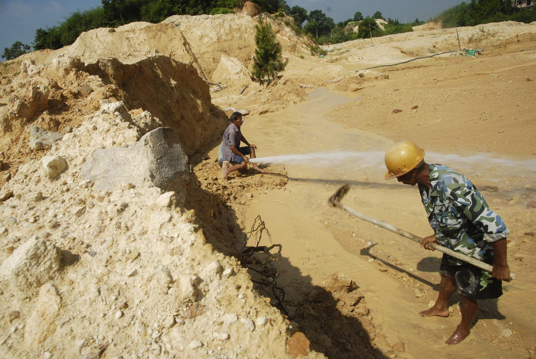 中國工人在江西南昌的一座稀土礦工作。2010年八月六日。