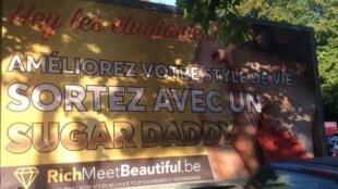 """Caminhão-outdoor do site de encontros com os dizeres """"Melhorem seu estiulo de vida, saiam com um sugar daddy"""", direcionados a estudantes em Bruxelas"""