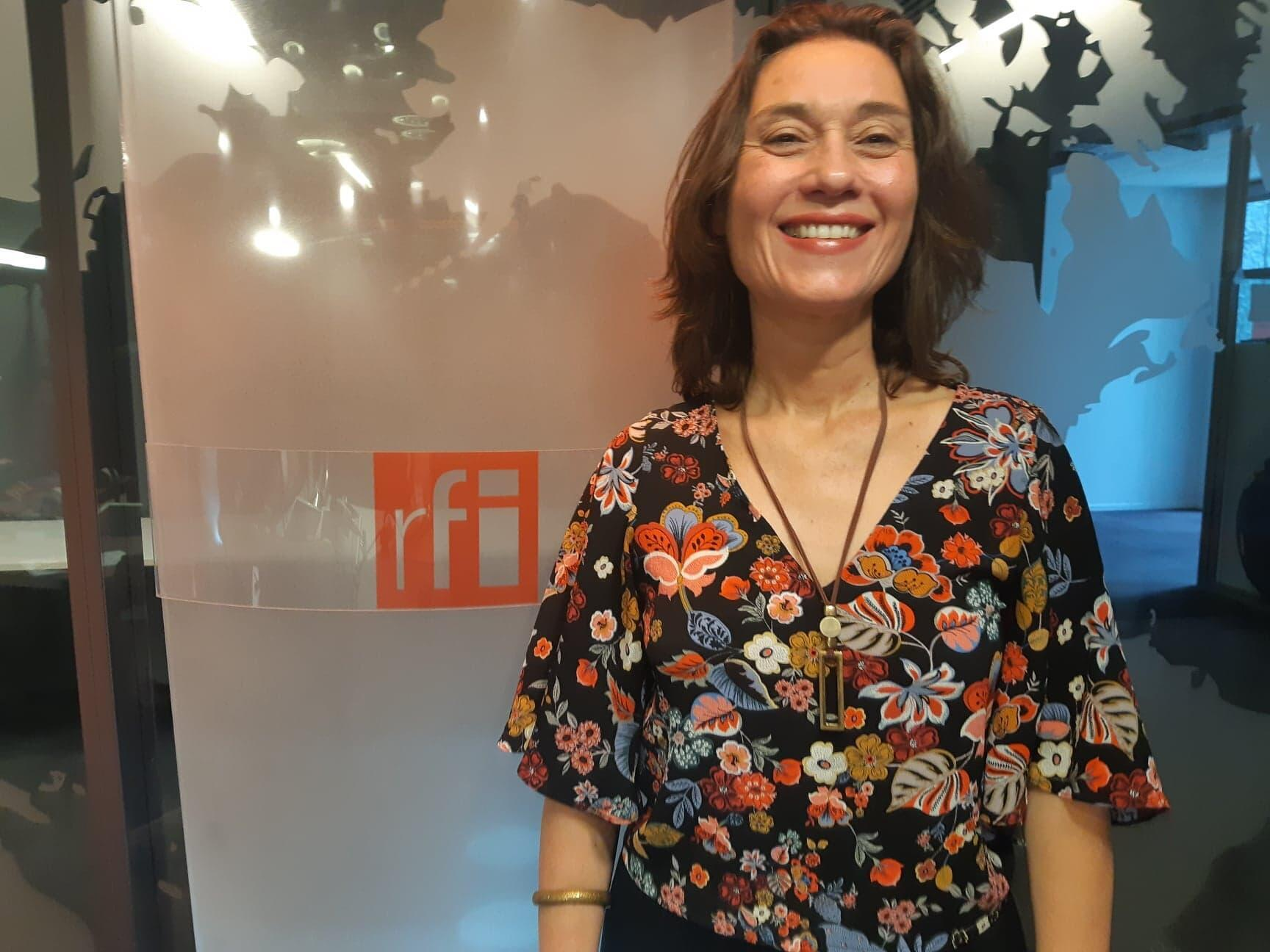 A intérprete Ana Guanabara lança disco revisitando sambas-enredo brasileiros na França.