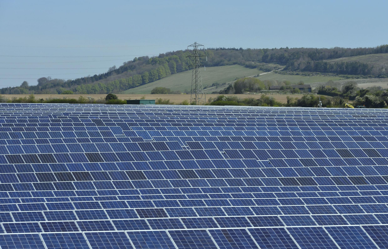 Un champ de panneaux solaires.
