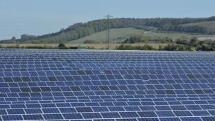 Un champ de panneaux solaires près d'Andover, dans le sud de l'Angleterre, le 3 mai 2013.