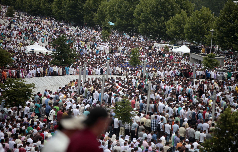 Milhares de pessoas chegam a memorial para prestar homenagem às vítimas do genocídio.