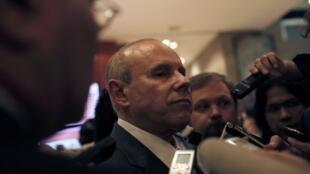 O ministro Guido Mantega é cercado por jornalistas na reunião ministerial do G20, neste fim de semana,  no México.