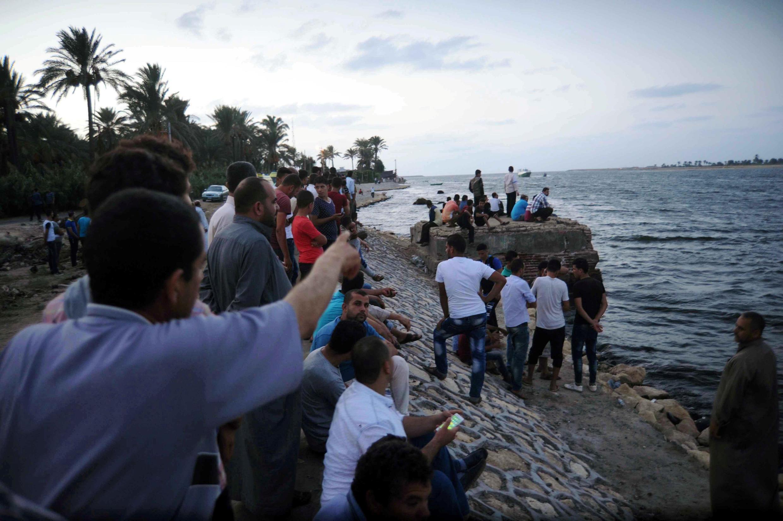 Rassemblement le long de la mer Méditerranée à el-Beheira, tandis qu'une opération de sauvetage est en cours au large des côtes égyptiennes, le 21 septembre 2016.