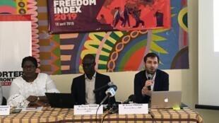 Arnaud Froger (droite), directeur Afrique de l'ONG Reporters sans frontières (RSF), aux côtés  d'Assane Diagne (au centre), directeur du nouveau bureau Afrique de RSF à Dakar au Sénéga, le 18 avril 2019.