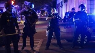 Des forces de l'ordre déployées dans les rues de Louisville, dans le Kentucky, le 23 septembre 2020.