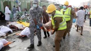 Des secouristes transportent un blessé, sur le site de Mina, à La Mecque, le 24 septembre.
