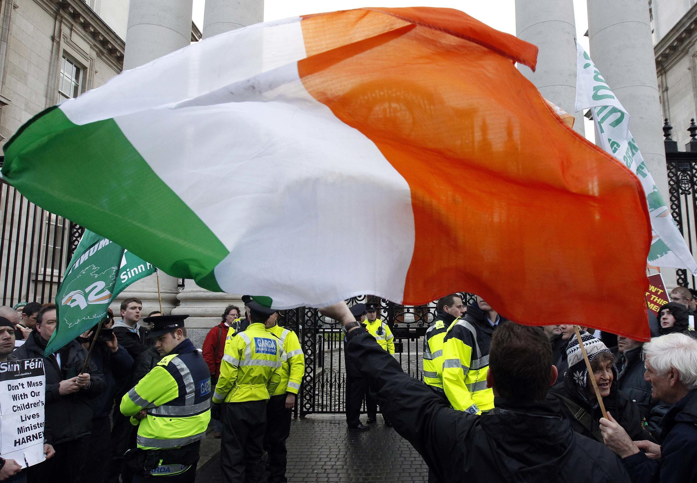 Protesto dos irlandeses contra o plano de austeridade que o governo deve implantar em meio a uma crise interna.