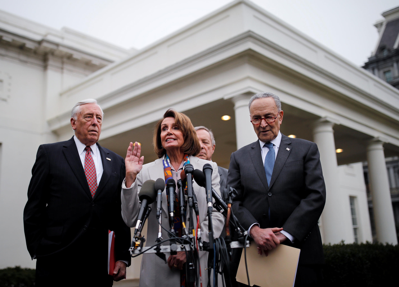 نانسی پلوسی، عضو مجلس نمایندگان (از کالیفرنیا) در پی دیداری میان دونالد ترامپ و نمایندگان کنگره در بارۀ امنیت مرزها. در کنار او چوک شومر، رهبر دموکراتهای سنا، نمایندۀ دموکرات مجلس استنی هویر (ماریلند) و سناتور دموکرات دیک دوربین (ایلینویز) دیده میشوند.