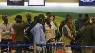 Wahamiaji 150 wa Sudan kwenye uwanja wa ndege wa Ben Gourion karibu na Tel Aviv wakielekea Khartoum.