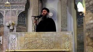 图为伊斯兰国恐怖组织领袖巴格达迪2014年7月5日在摩苏尔露面照片