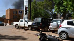 La fumée s'élève du site d'une attaque au centre-ville de Ouagadougou, au Burkina Faso le 2 mars 2018.
