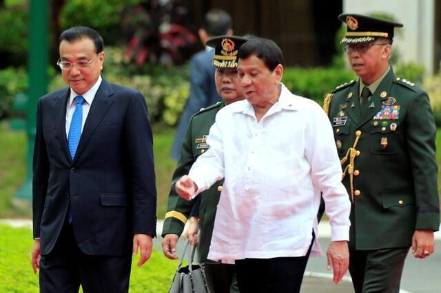 中國總理李克強對菲律賓進行國事訪問,與菲總統杜特爾特在歡迎儀式上,2010年11月15號,馬尼拉