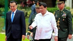 Tổng thống Philippines Rodrigo Duterte đón tiếp thủ tướng Trung Quốc Lý Khắc Cường tại phủ tổng thống ở Manila, ngày 15/11/2017.