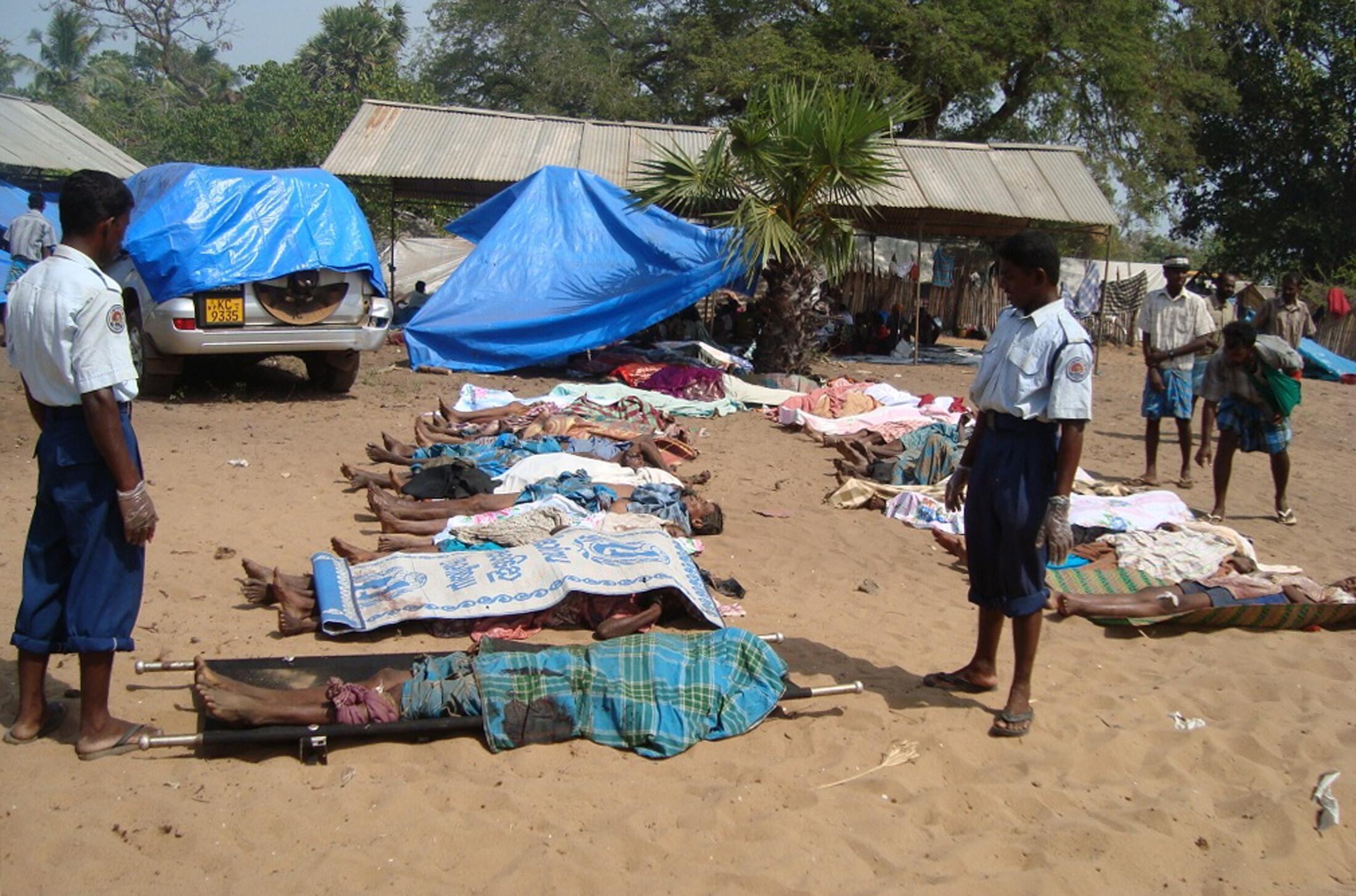 Corpos de civis da etnia Tamil após um ataque com morteiro (12/05/2009), no norte do Sri Lanka.