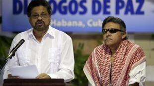 El líder de las FARC en las negociaciones por la paz en Colombia, Iván Márquez (derecha), al lado de Jesús Santrich, La Habana, el 12 de agosto de 2014.