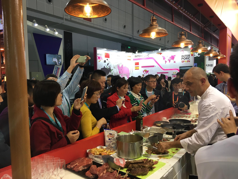 上海國際進口食品展 民眾蜂擁包圍法國熟食店攤位   2018年11月5日開幕
