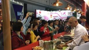 上海国际进口食品展 民众蜂拥包围法国熟食店摊位   2018年11月5日开幕