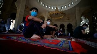 Des Palestiniens lors des prières de vendredi, deux jours avant l'Aïd el-Fitr, au nord de Gaza, le 22 mai 2020.