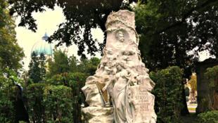 La tombe de Johann Strauss fils, située dans le carré des tombeaux d'honneur du Zentralfriedhof, cimetière central de Vienne.