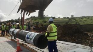 Les travaux de pose de la conduite principale de l'usine de dessalement d'eau de mer à Dakar, dans le quartier des Mamelles, en septembre 2020.