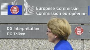 """"""" TTIP- Game over"""", dòng chữ dán trên tường trụ sở Ủy Ban Châu Âu tại Bruxelles (Bỉ), nhân cuộc biểu tình chống Hiệp định tự do mậu dịch xuyên Đại Tây Dương (TTIP) ngày 12/07/2016."""
