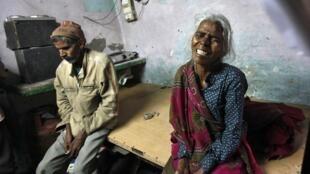 A mãe e o pai de Ram Singh choram após sua morte em uma prisão de Nova Délhi, na Índia.
