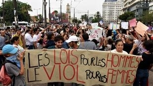Cientos de marroquíes protestaron en Casablanca, este 23 de agosto de 2017, para denunciar la agresión sexual sufrida por un joven.