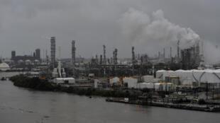 La raffinerie Valero est menacée par les eaux suite au passage de l'ouragan Harvey à Houston, le 27 août 2017. Le PIB du Texas est le 2e des Etats-Unis et une grande partie de son économie repose sur l'exploitation des hydrocarbures.