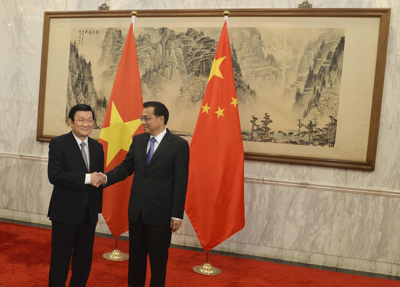 Chủ tịch nước Việt Nam Trương Tấn Sang (T) bắt tay Thủ tướng Trung Quốc Lý Khắc Cường tại Bắc Kinh ngày 20/06/2013.