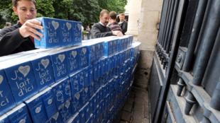 Des éleveurs de la FDSEA du Pas-de-Calais érigent un mur de briques de lait, à l'entrée de la préfecture, à Arras, pour réclamer des prix du lait plus élevés. Photo datée du 5 août 2010.