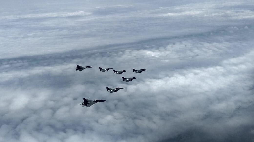2架印度空軍蘇霍伊戰機與5架法制陣風戰機組成的編隊