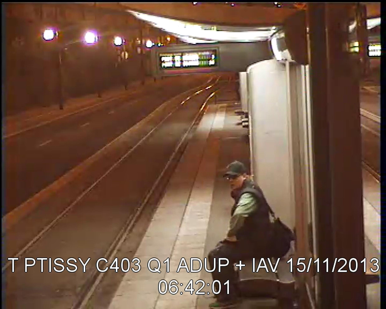 Várias imagens capturadas pelas câmeras de vigilância dos transportes parisienses ajudaram a identificar o atirador.