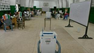 Mesa de voto em Abidjan. 31 de Outubro de 2020.