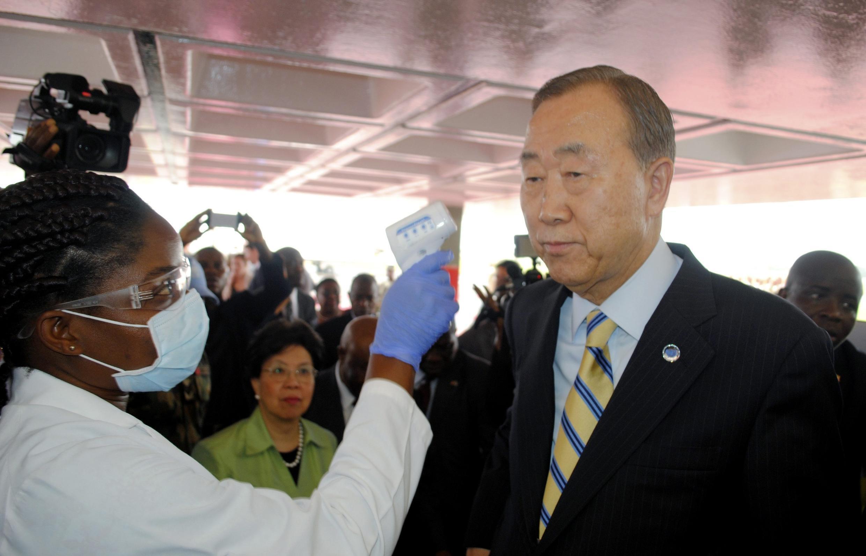 Jami'an Kiwon lafiya na tantance Sakataren Majalisar Dinkin Duniya Ban Ki-moon a lokacin da ya ke ziyara kasashen da ke fama da Ebola a yammacin Afrika