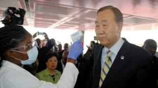 2014年12月19日,联合国秘书长潘基文抵达利比里亚访问,在首都国际机场接受体温检查。