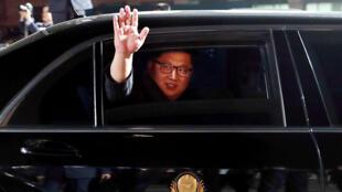 Le dirigeant nord-coréen Kim Jong-un salue le président sud-coréen Moon Jae-in alors qu'il quitte Panmunjom après une rencontre historique à la frontière, le 27 avril 2018.