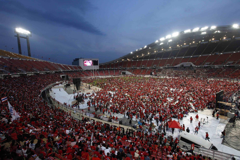 Phe Áo đỏ tập hợp tại sân vận động quốc gia Rajamangala ở Bangkok 19/11/2013 - REUTERS /Kerek Wongsa