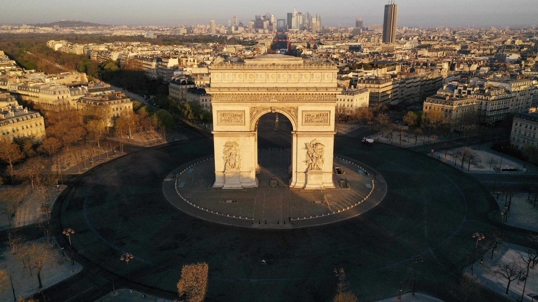 Vue aérienne de la place de l'Étoile à Paris, désertée pendant le confinement, le 4 avril.