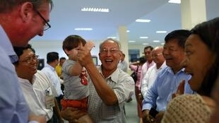 Chuẩn tướng Thein Swe vui mừng gặp người thân sau khi được trả tự do từ một nhà tù gần Mandalay, ngày 07/10/2014.