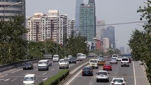 Les taxis traditionnels se voient concurrencés par des chauffeurs privés que l'on peut réserver sur son smartphone.