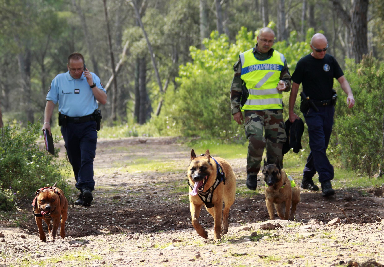 Des policiers à la recherche d'indices autour du cas Xavier Dupont de Ligonnès, le 29 avril 2011.