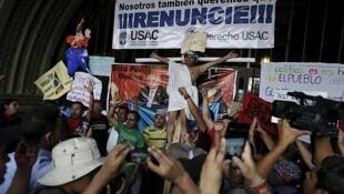 Manifestación frente al Palacio Presidencial para exigir la reununcia del presidente y la vicepresidenta de Guatemala. El 25 de abrijl de 2015.