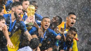 Jogadores da seleção francesa comemoram após a final