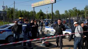 Следователи на месте гибели людей в результате массовой драки на Хованском кладбище в Москве, 14 мая 2016 года
