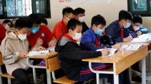 Học sinh một trường trung học cơ sở ở Hà Nội đeo khẩu trang trong lớp học đề phòng lây nhiễm virus corona, ngày 31/01/2020.
