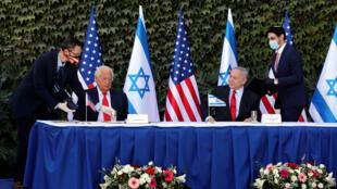 Le Premier ministre israélien Benjamin Netanyahu et l'ambassadeur américain David Friedman signant un accord de coopération scientifique dans la colonie d'Ariel, le 28 octobre 2020.