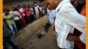 布隆迪总统大选投票日街头围观疑似被打死的人2015年7月21日