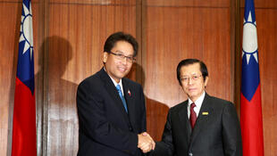 Philippine presidential envoy Manuel Roxas (L) shakes hands with Taiwan Foreign Minister Timothy Yang in Taipei.